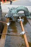 在入口的龙喷泉对清水寺寺庙 库存照片