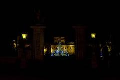 在入口门和发光的喷泉的看法 免版税库存图片