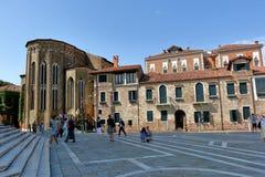 在入口附近的人们对大教堂二圣玛丽亚della向致敬 免版税库存照片