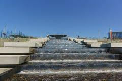 在入口附近的喷泉复合体对新的火车站 免版税库存照片