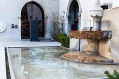 在入口附近的喷泉对Castelvecchio博物馆  免版税库存图片