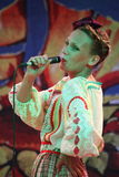 在全国俄国服装的阶段美丽的女孩,与充满活力的刺绣-伙计音乐小组的褂子sundresses轮子 库存图片