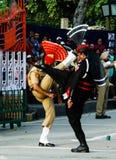 在全国制服的前进的巴基斯坦人和印地安人卫兵在降低旗子仪式,拉合尔,巴基斯坦 免版税图库摄影