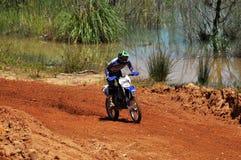 在全国种族的摩托车越野赛车手 免版税库存图片