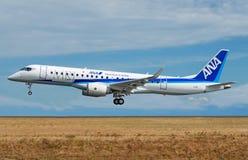 在全日空阿那号衣的三菱地方喷气机MRJ90 免版税库存图片
