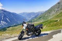 在全景山景的停放的摩托车 库存照片