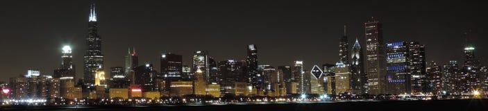 在全景的黄昏的芝加哥地平线 免版税库存图片