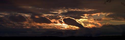 在全景风雨如磐的日落犹他的湖 免版税库存图片