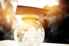 在全球性,顶面式样地球上的毕业盖帽的教育 概念 库存照片
