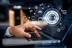 在全球网络连接, Omni的商人感人的膝上型计算机 库存照片