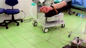 在全身麻醉,患者的手下的医疗操作 股票录像