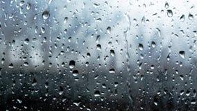 在全HD玻璃窗特写镜头宏观的慢动作的雨珠 股票视频