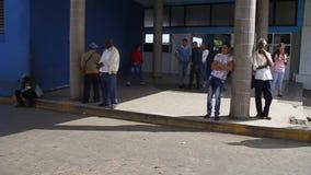 在公交车站前面的人们 股票录像