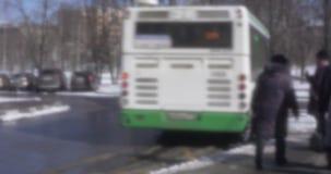 在公共交通工具中止的公共汽车交通在城市 减速火箭的样式录影,俄罗斯 股票视频