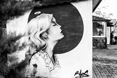 在公共厕所墙壁上的街道艺术 免版税库存照片