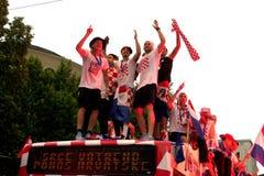 在公共汽车屋顶的克罗地亚橄榄球队 图库摄影