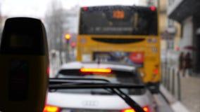 在公共汽车挡风玻璃的乘客景色有雨水下落的 股票视频