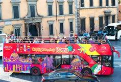 在公共汽车的旅游蛇麻草 罗马 免版税库存图片