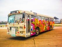 在公共汽车的街道画 免版税库存图片