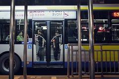 在公共汽车的治安警卫在北京 免版税库存图片