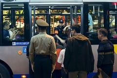 在公共汽车的治安警卫在北京 库存图片
