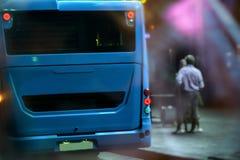 在公共汽车站的一辆公共汽车离开 库存照片