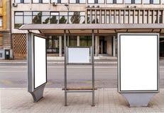 在公共汽车站的广告牌在城市 免版税库存照片