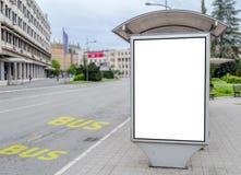在公共汽车站的广告牌在城市 免版税库存图片
