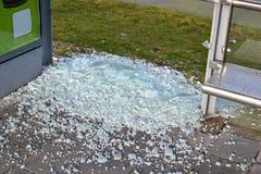 在公共汽车站的故意破坏。 免版税库存照片