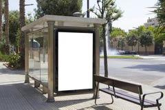 在公共汽车站的空白的广告牌 库存照片