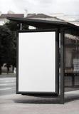 在公共汽车站的空白的广告牌 库存图片