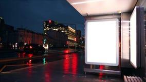 在公共汽车站的空白的横幅 夜间膝部 股票视频