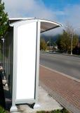 在公共汽车站的空的白色广告空间 库存图片