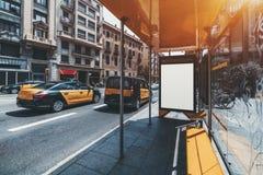 在公共汽车站,在左边的计程车的牌大模型 库存照片