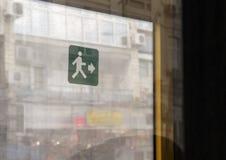 在公共汽车门的绿色出口标志 库存照片