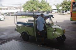 在公共汽车总站开汽车三轮车或tuk tuk泰国样式 图库摄影