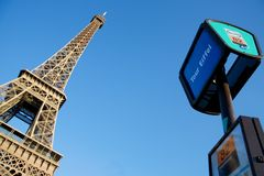 在公共汽车巴黎附近 库存图片