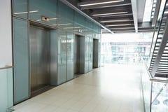 在公司业务的空的走廊的电梯 图库摄影