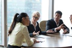 在公司会议期间,雇员争执责难的同事 免版税库存照片