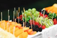 在公司的自助餐桌上的可口结婚宴会新鲜水果 免版税图库摄影