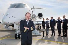 在公司私人喷气式飞机前面的试验身分 库存图片