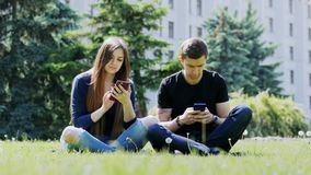 在公园使用电话的电话人民的受抚养者,严肃的手机瘾 股票视频