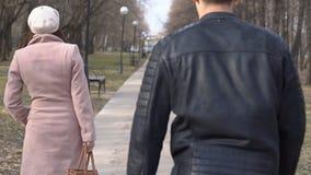 在公园供以人员女用披肩袋子一个少妇 妇女不放弃 股票录像