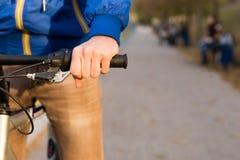 在公园供以人员骑他的自行车户外 免版税库存照片