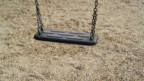 在公园倒空摇摆在操场的摇摆位子 免版税图库摄影