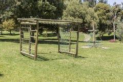 在公园停放孩子的比赛由木头制成 免版税库存照片