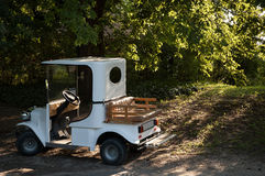 在公园停放的汽车 免版税库存照片