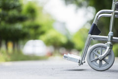 在公园停放的空的轮椅 免版税库存照片