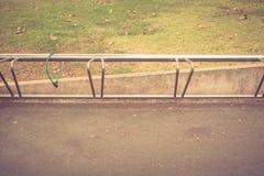 在公园停放的自行车 免版税库存照片