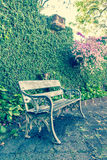 在公园减速火箭的猪圈的白色椅子 免版税库存照片